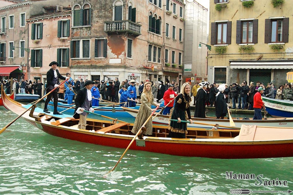 carnaval des vénitiens en bateau